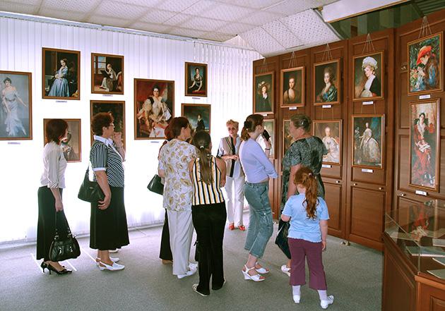 Организация передвижных выставок в организациях и на предприятиях Заволжского района.
