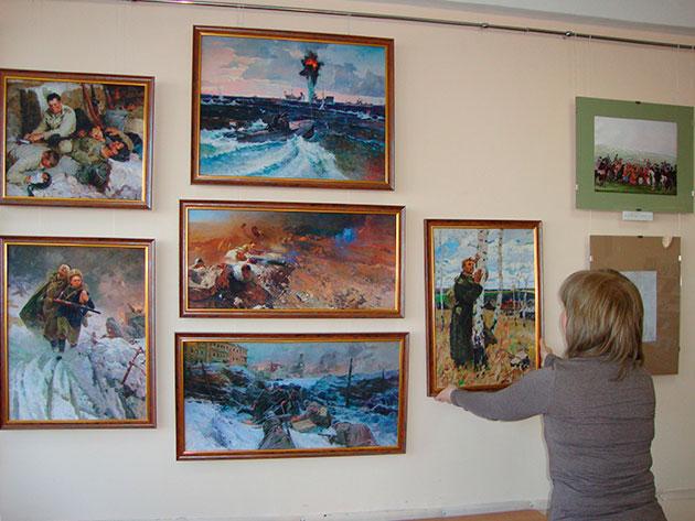 В библиотеке №22 открылась выставка «Великая Отечественная война 1941-1945 гг. глазами художников»